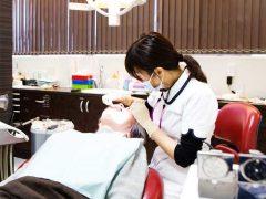 インプラントをした患者のメンテナンスをしてる女性歯科医師